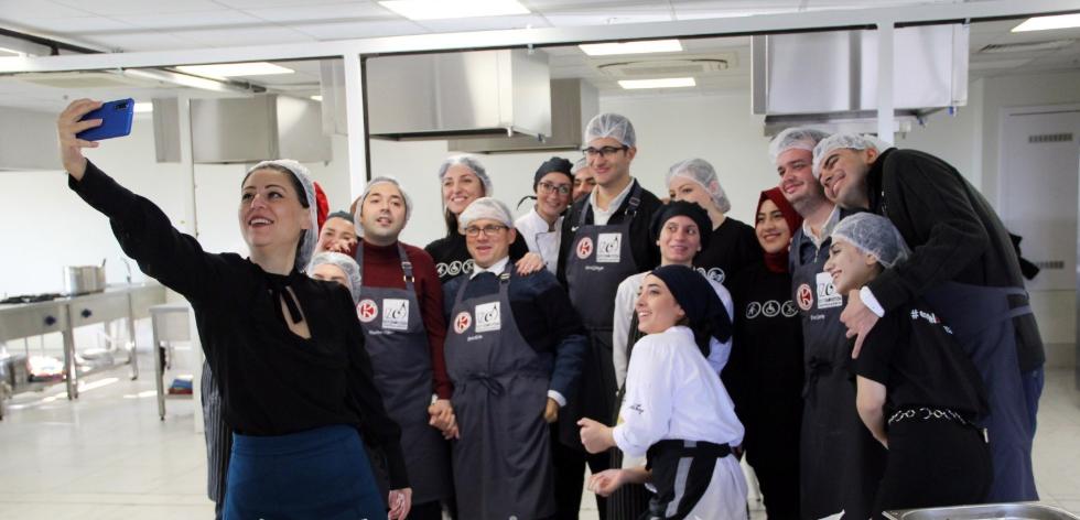 """İzmir Kavram Üniversitesi'nden Engelsiz Yaşama Farkındalık Oluşturmak Adına """"'Engelsiz Mutfak' Etkinliği"""