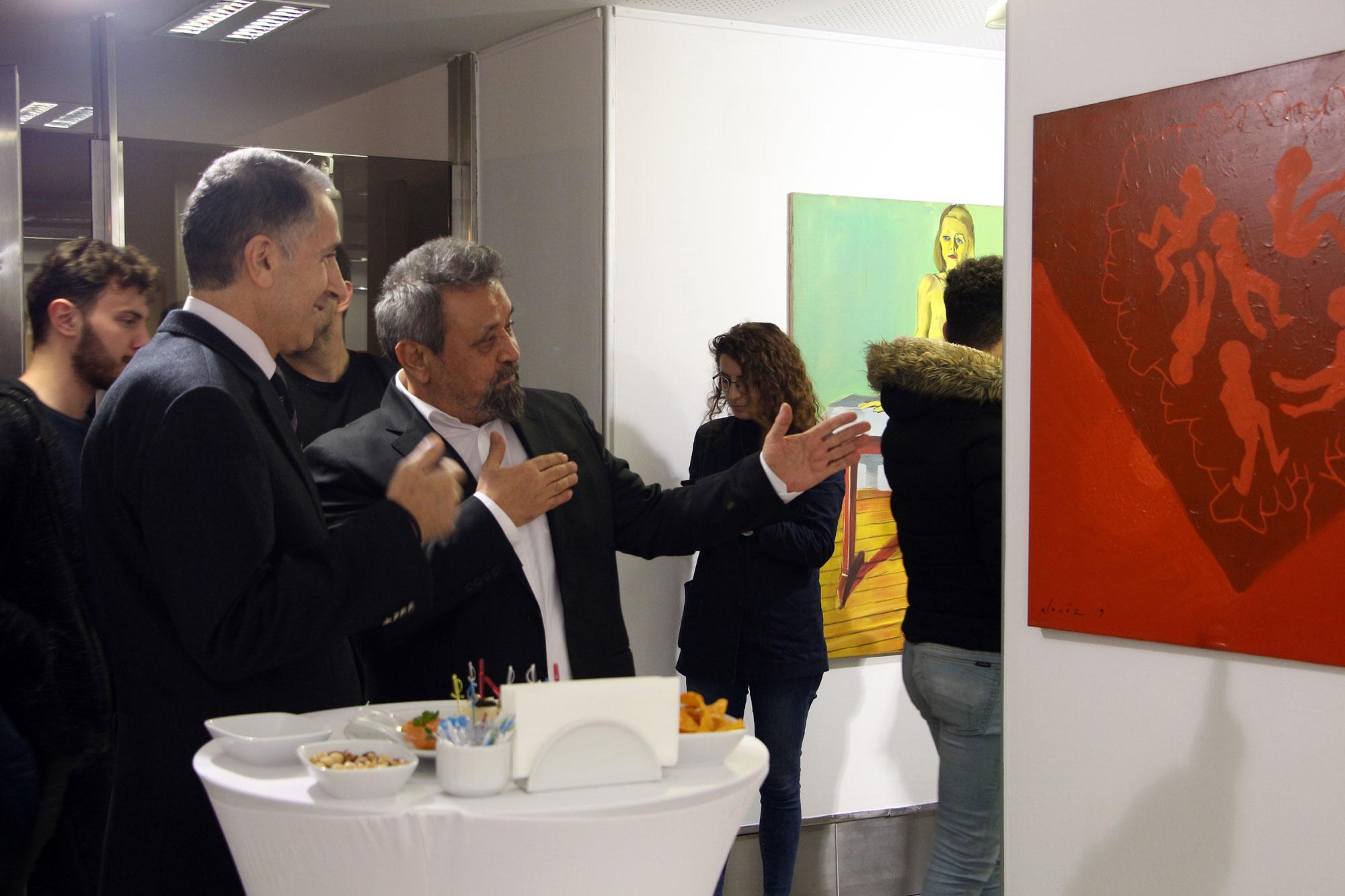 Akademisyen ve Sanatçı Prof. Mehmet Alagöz'ün 'göç' temalı sergisi İstanbul Kültür Üniversitesi'nde (İKÜ) ziyarete açıldı.