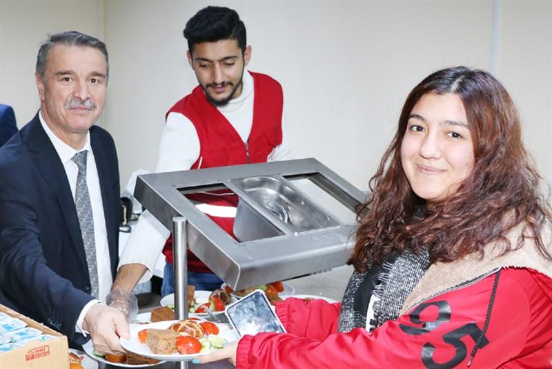 Amasya Üniversitesi – Öğrencilere Sınav Döneminde Pasta Börek İkramı