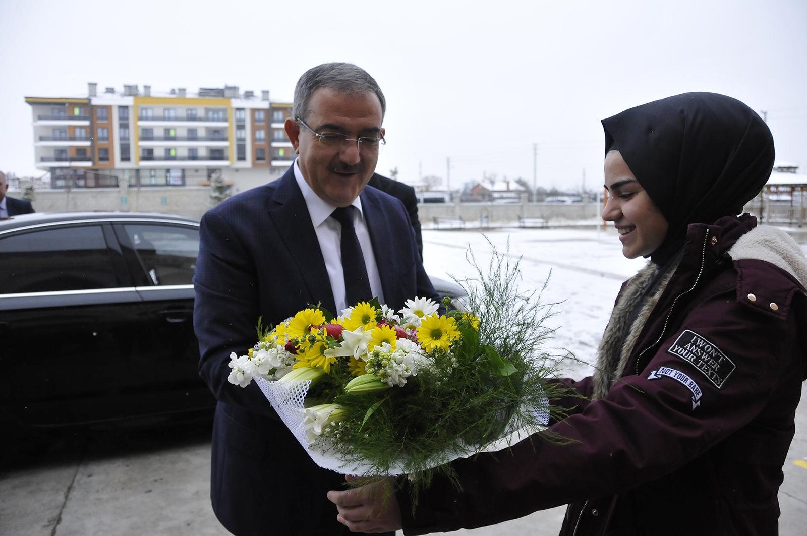 Selçuk Üniversitesi Rektörü Şahin, Öğrencilerin Karne Heyecanına Ortak Oldu