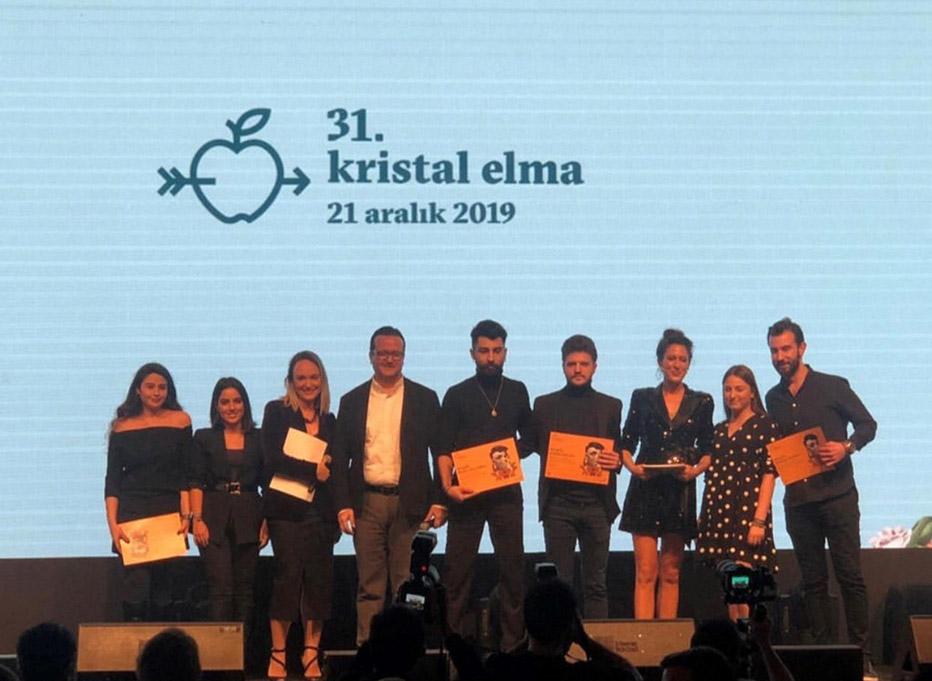 BİLGİ Reklamcılık Öğrencileri Deniz Erhan ve Mevlüt Karakuş'a Kristal Elma Ödülü