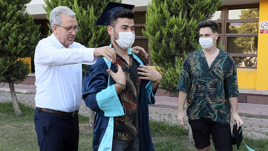 Kovid-19 sürecinde mezun olan öğrencilerine 'temsili törenle' kep giydirdi
