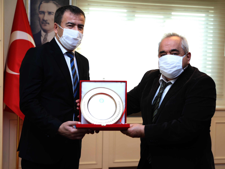 Rektör Özgül'den İdari ve Mali İşler Daire Başkanı Adem Kafalı'ya Plaket Takdimi