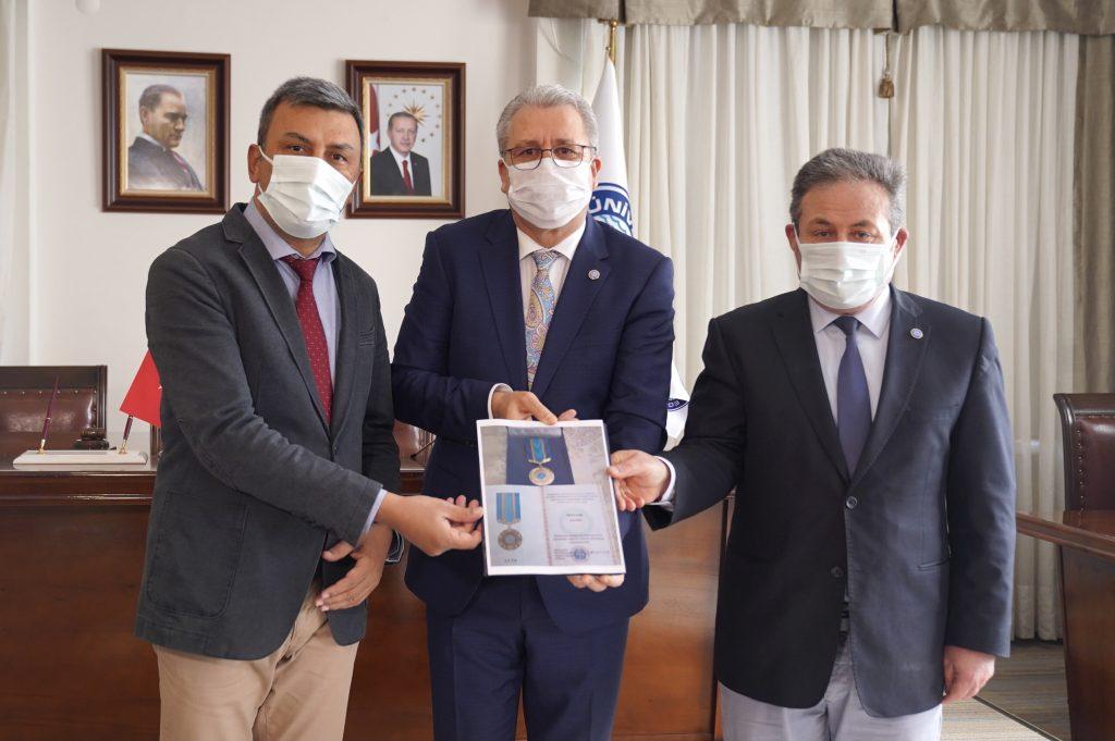 """Kazakistan Halk Meclisi tarafından Doç. Dr. Şahin'e """"Birlik"""" Altın Madalya Ödülü Verildi"""