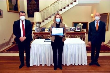 Prof. Dr. Ebru Işık Alturfan'a İngiliz Büyükelçiliğinden Plaket Takdimi